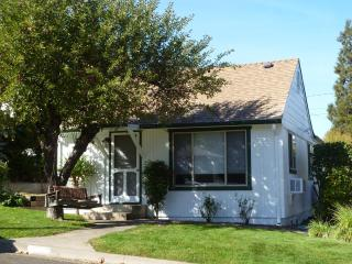 Abigail's Cottage, 10-min. walk to plaza/theaters - Southern Oregon vacation rentals