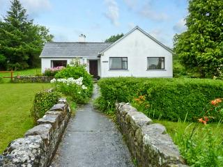 BUN AN CNOIC, pet friendly, country holiday cottage, with a garden in Dunmore, County Galway, Ref 10746 - Dunmore vacation rentals