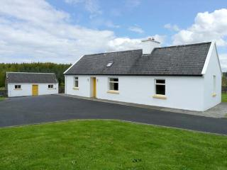 GROVE COTTAGE, pet friendly, with a garden in Lisdoonvarna, County Clare, Ref 10585 - Lisdoonvarna vacation rentals