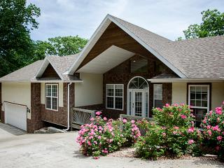 Eagle View - 4 bedrooms - 3 1/2 baths - sleeps 14 - Branson vacation rentals