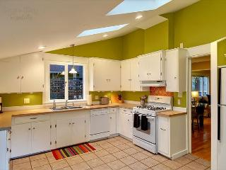 Tres chic little Greenlake cottage perfect for an urban holiday! - Seattle vacation rentals