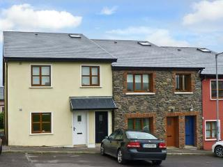 8 FAIRFIELD CLOSE, family friendly, country holiday cottage, with a garden in Dingle, County Kerry, Ref 10826 - Dingle vacation rentals