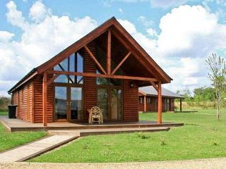 BELFRY LODGE, pet friendly, luxury holiday cottage, with hot tub in Thorpe-On-The-Hill, Ref 11175 - Lincolnshire vacation rentals