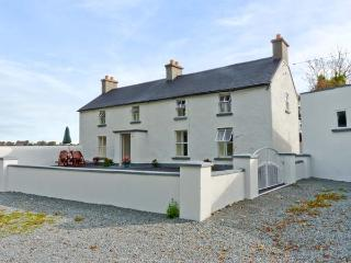 GRANGE FARMHOUSE, pet friendly, character holiday cottage, with a garden in Fethard-On-Sea, County Wexford, Ref 9772 - Fethard On Sea vacation rentals