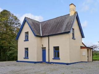 GARDENER'S COTTAGE, family friendly, character holiday cottage, with a garden in Ballymote, County Sligo, Ref 9743 - Ballymote vacation rentals