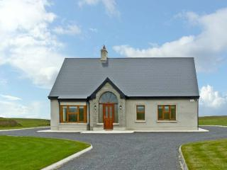 TRASNA NA DTONNTA, family friendly, luxury holiday cottage, with a garden in Spanish Point, County Clare, Ref 10778 - County Clare vacation rentals