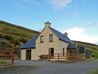 CARRAIG VIEW, pet friendly, with a garden in Ballinskelligs, County Kerry, Ref 9878 - County Kerry vacation rentals
