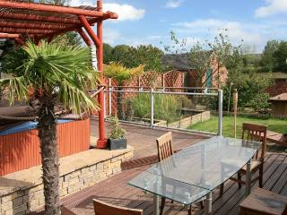 302 OVER LANE, pet friendly, country holiday cottage, with hot tub in Belper, Ref 11673 - Belper vacation rentals