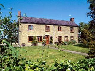 PARK FARM COTTAGE, pet friendly, character holiday cottage, with a garden in Garsdon, Ref 12186 - Malmesbury vacation rentals