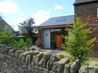 BARN OWL COTTAGE AT CROOK HALL FARM, family friendly, luxury holiday cottage, with a garden in Bispham Green, Ref 12303 - Lancashire vacation rentals