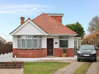 THE ANCHORAGE, pet friendly, with a garden in Poole, Ref 12466 - Poole vacation rentals