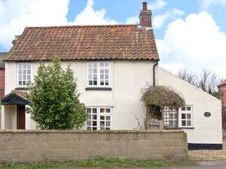 HOLLYHEDGE COTTAGE, pet friendly, country holiday cottage, with a garden in Briston, Ref 12091 - Norfolk vacation rentals