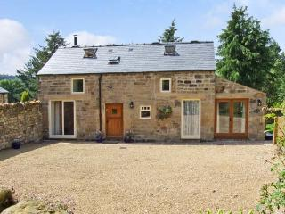 ACORN COTTAGE, pet friendly, character holiday cottage, with a garden in Ashover, Ref 12710 - Ashover vacation rentals