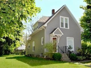 124 Clinton St - Weekly stays begin on Fridays - South Haven vacation rentals