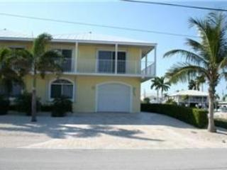 Front of house/parking - Casa Amarilla, 4/4 with a private pool, Unit 93 - Key Colony Beach - rentals