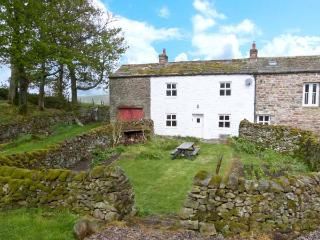 LEONARD'S CRAGG, stone built, semi-detached farmhouse, with double bedroom and large gardens, in North Stainmore, Ref 10057 - Kirkby Stephen vacation rentals