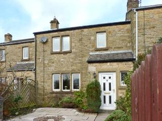 KNIGHT'S COTTAGE, woodburning stove, family cottage, pet welcome in Settle, Ref: 12762 - Settle vacation rentals