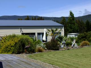 Kepler Mountain View Cottage, Manapouri, Fiordland - Manapouri vacation rentals