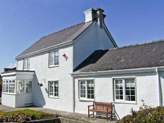 TYDDYN GYRFA COTTAGE, a character holiday cottage, with three bedrooms, open fire and large gardens in Cemaes Bay, Ref 13650 - Cemaes Bay vacation rentals