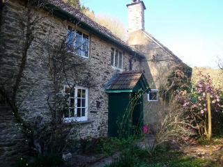 BURY CLEAVE COTTAGE, charming cottage, with two bedrooms, woodburner, and enclosed garden, in Bury hamlet, Ref 14368 - Dulverton vacation rentals