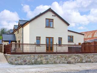CEDAR COTTAGE, hot tub, en-suite bedrooms, working farm near Kidwelly, Ref: 14184 - Carmarthenshire vacation rentals