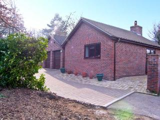 THE OAKS, ground floor accommodation, king-size bedroom, woodburning stove in Warminster, Ref: 13552 - Warminster vacation rentals