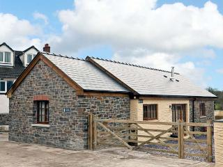 YR HEN LLAETHDY, barn conversion, with woodburning stove, whirlpool bath, and two bedrooms, in Blaen-Cil-Llech, Ref 14633 - Newcastle Emlyn vacation rentals