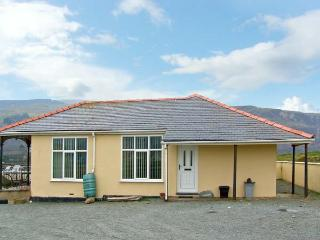 SEA CREST, family accommodation, with three bedrooms, garden, within walking distance to a sandy beach, in Fairbourne, Ref 8598 - Fairbourne vacation rentals