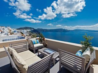 LUCKY HOMES OIA: PERFECT HIDEAWAY STUDIO! - Santorini vacation rentals