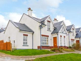 NUMBER 10 BEACHVIEW, beach and sea views, open fire, WiFi, pet welcome, in Duncannon, Ref 13579 - Wexford vacation rentals