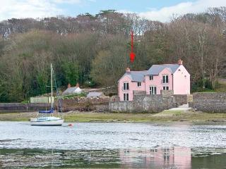 GOLDFINCH, waterside property, luxury accommodation, en-suites and patio, Ref 14394 - Milford Haven vacation rentals