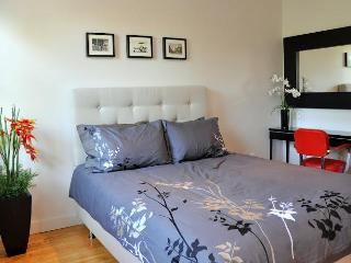 CHIC 4 BEDROOM COTTAGE on PLATEAU parking + garden - Montreal vacation rentals