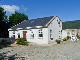 HAZELWOOD FARM COTTAGE, comfortable cottage with games room, and use of the owners' garden, in Scaughmolin, Ref 14978 - County Wexford vacation rentals