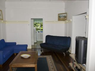 3 bedroom close to shops & 4 km to Brisbane city - Brisbane vacation rentals
