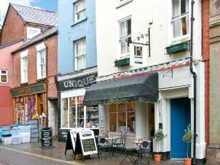 BAKER'S RETREAT, character apartment, beams, access to dining terrace, discount in restaurant below in Ludlow, Ref 14903 - Ludlow vacation rentals