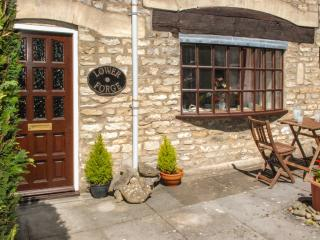 LOWER FORGE, single-storey stone cottage, town centre location, ideal romantic retreat, in Minchinhampton, Ref 16214 - Minchinhampton vacation rentals