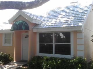 1 bd rm Beach town home in Vero Beach FL 65 pics that sleeps 2 but can fit 4 for visiting guests - Vero Beach vacation rentals
