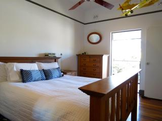 Award winning quiet retreat, close to cafes, City Cat and CBD - New Farm vacation rentals