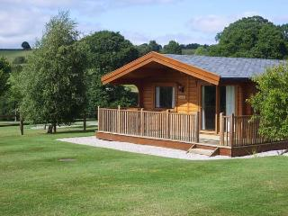 FAIRWAY LODGE, log cabin overlooking golf course, use of beauty suite, in Tedburn St Mary, Ref 15175 - Exeter vacation rentals