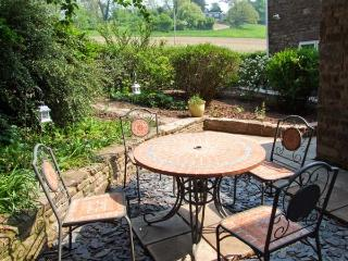 LONGFELLOW, character cottage with woodburner, garden, close castle, shop and pub in Goodrich, Ref 17058 - Herefordshire vacation rentals