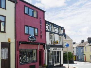 SOUTERGATE APARTMENT, super king-size bed, shops/restaurants on doorstep, close National Park, in Ulverston Ref 13118 - Ulverston vacation rentals