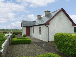 CAPACURRY LODGE, ground floor cottage with superb views, near golf and fishing in Ballinrobe, County Mayo Ref 17249 - County Mayo vacation rentals