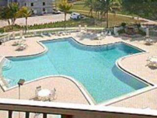 Inviting pool-Just inside this gated community, you'll find fun in the sun awaiting you - Beautiful Penthouse condo - Southwest Gulf Coast - Cape Coral - rentals