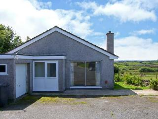 GODRE PARYS, single storey, pets welcome, enclosed garden, close beaches and walks, in Penysarn near Amlwch Ref 16770 - Amlwch vacation rentals