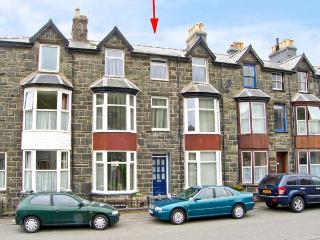 MAXWELL'S HOUSE, terraced townhouse, sleeps seven, in four bedrooms. Two minutes' walk to sandy beach, in Barmouth, Ref 14907 - Gwynedd- Snowdonia vacation rentals