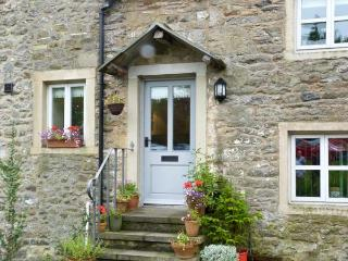 BELLE HILL COTTAGE, two bedrooms, farmhouse kitchen, village centre, in Giggleswick, Ref 16968 - Giggleswick vacation rentals