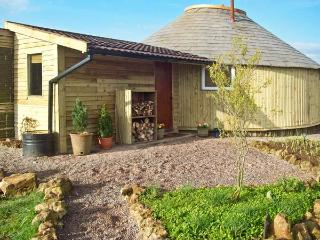 THE ROUNDHOUSE, unusual handcrafted roundhouse, four poster bed, 1940s MK1 Rayburn in Stratton-on-the-Fosse, Ref 14576 - Stratton-on-the-Fosse vacation rentals
