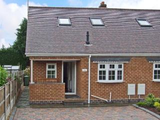 COMMONSIDE, comfy home close to centre of Stourport, riverside walks, enclosed patio, ideal touring base, Ref 14199 - Worcestershire vacation rentals