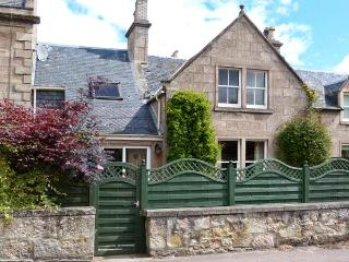 HADDEN, spacious detached cottage, open fire, enclosed patio, five mins from beach in Nairn, Ref 16784 - Nairn vacation rentals