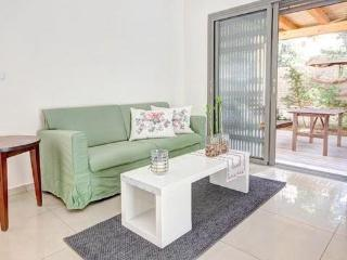 Garden apartment off Dizengof with parking! - Tel Aviv vacation rentals